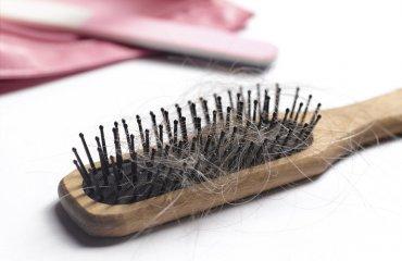 Jak dbać o włosy ze skłonnością do wypadania?